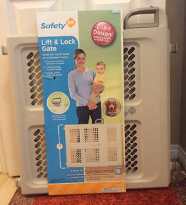 Two BRAND NEW Safety 1st Lift & Lock Gates