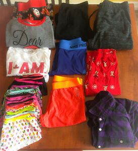 **SMALL LOT OF WOMEN'S SIZE MEDIUM CLOTHING FOR SALE**