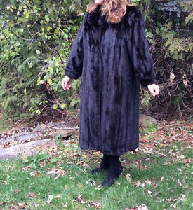 Mink coat, black, female, like new West Island Greater Montréal image 1