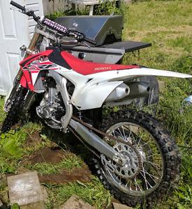 Honda CRF 450R en tres bon état tres peu d'usure