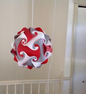 Lampe décorative rouge, blanc et gris