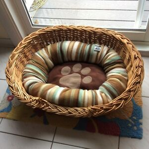 Wicker Dog Bed with cushion.  Panier d'osier avec coussin.