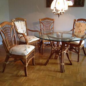 Ensemble en rotin.  Table + 2 chaises + 2 fauteuils