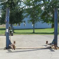 2 POST CAR LIFT MADE BY DOVER CORPORATION CANADA LTD MODEL SP 84