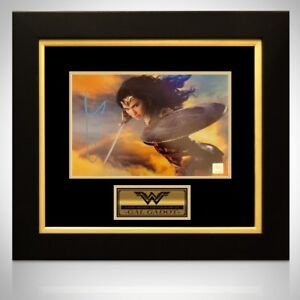 RARE-T EXCLUSIVE FRAME SIGNED WONDER WOMAN PHOTO BY GAL GADOT
