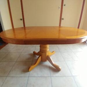 Table ronde en bois avec pied central et rallonge avec 4 chaises