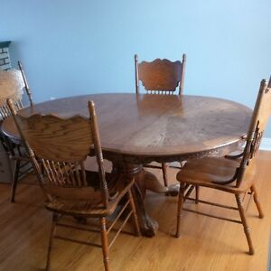 Dinning table and 4 matching chairs