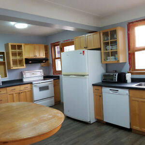 McMaster Student Rental - 290 Broadway Ave - 5 bedrooms Availabl