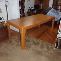 Dining table great for the Holdays! Expandable with 2 leaves