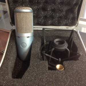 AKG perception 220 mic with stand, in a carry case