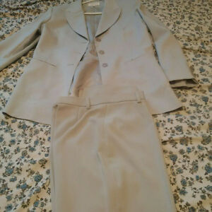 BRAND NEW WOMENS ZARA SUIT. MADE IN SPAIN Size 12 USA