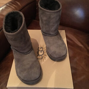 Uggs kids classic boots size 11in EUC