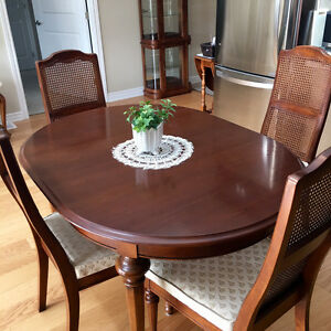 Strathroy Solid Wood Dining Room Set - Beautiful Condition Kingston Kingston Area image 4
