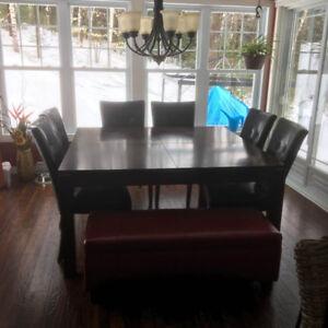 Table de salle à manger carrée avec chaises