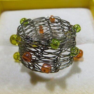 Bague treillage avec perles de couleur orange, verte et jaune -