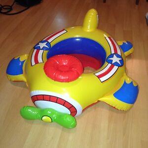 Avion gonflable pour jouer dans l'eau