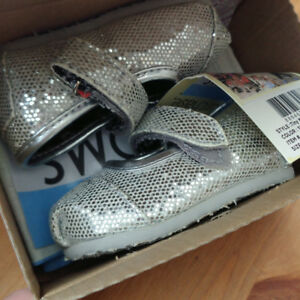 TOMS baby girl shoes bnib Mary Jane Silver Glitters Tiny 2