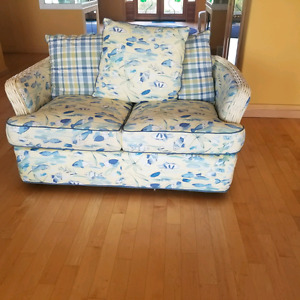 BEAUTIFUL  COUCH AND LOVESEAT IN EXCELENT CONDITION