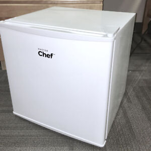 Mini Fridge (white Master Chef, 1.6 cubic feet)