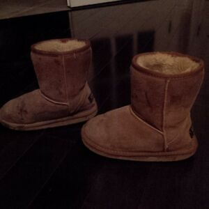 Good Size 2 Chestnut Ugg Boots for Girls - Brampton/Orangeville