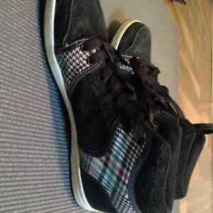 Size 4 firefly shoes. Excellent condition. Hardly worn Windsor Region Ontario image 2