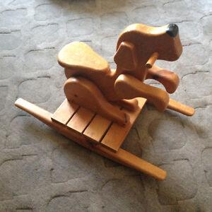 Chien à bascule en bois