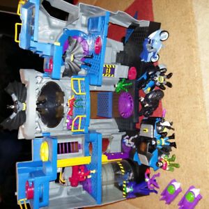 Batman Castle, Batmobile, Action figures, Robin & Batman Motorbi