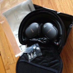 Sony Noise Canceling Stereo Headphones   MDR-NC200D--NEUF !!