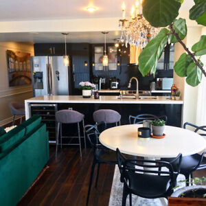 Luxurious furnished 2 bedrooms 2 bath spacious dundas square !