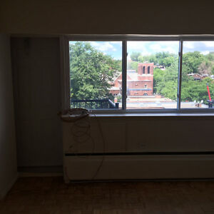 3 1/2 walking distance to CUSM/MUHC. first month free