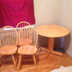 Table ronde de cuisine +3 chaise bonne condition