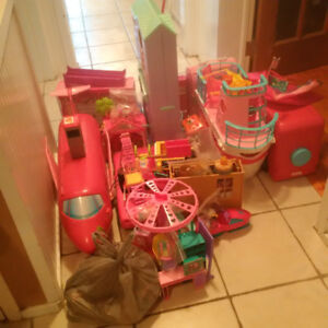 HUGE lot of EUC Barbie play sets (including about 15 dolls)
