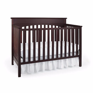 Graco Crib - convertible to bed - Excellent + free bumper