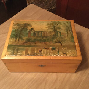 FURTHER REDUCED! Beautiful decorative vintage box (A040)
