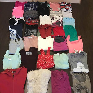 100 PIECES WOMWNS CLOTHING SIZE MEDIUM LIKE NEW