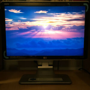 "22"" HP DESKTOP BUNDLE + BONUS ***MINT CONDITION***"