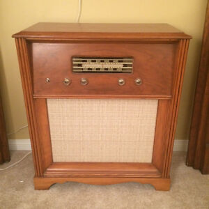 Old fashioned vintage radio  great for Xmas decor