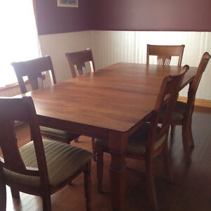 Beautiful Dining room set with Hutch