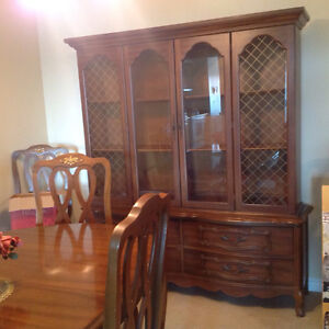 Table chairs and hutch in perfect condition Cambridge Kitchener Area image 3