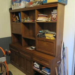 WALL UNIT TOP AND BOTTOM SOLID OAK EXCELLENT SHAPE