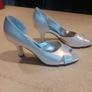 Size 6 White Satin Shoes London Ontario image 1