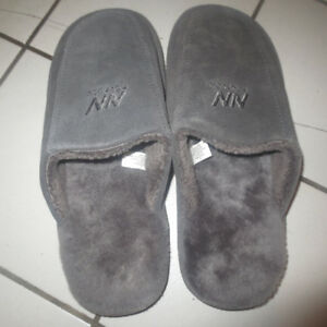 LADIES SLIPPERS SIZE 8-LIKE NEW!
