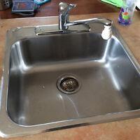 Évier de cuisine, robinet, grand panneau de finition bois brun,
