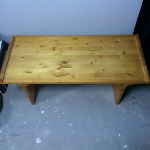 table de chevet en pin vernie