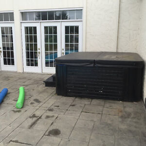 Hot tub with lid