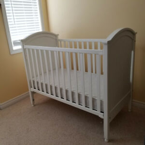 Drop side baby crib