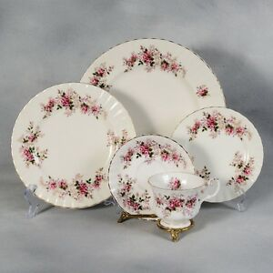 SET DE VAISSELLE ROYAL ALBERT  LAVENDER   ROSE ENGLAND