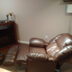 **EUC-Bonded Leather Powered Recliner, 1yr old!!** Cambridge Kitchener Area image 7