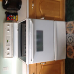 Frigidaire self cleaning oven range in excellent shape for sale