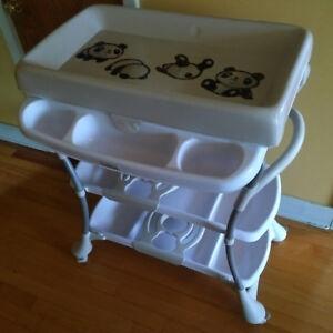 Table à langer avec baignoire intégrée